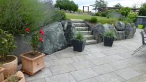 Stützmauer mit Felsgestein
