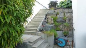 Treppenaufgang mit Blockstufen mit Muschelkalkbloecken