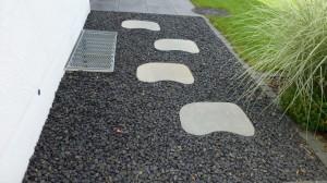 Trittplatten im Kiesbett